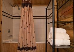 The Hibernation Station - West Yellowstone - Bathroom