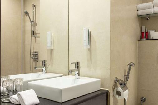 Ramada Encore by Wyndham Doha - Doha - Bathroom