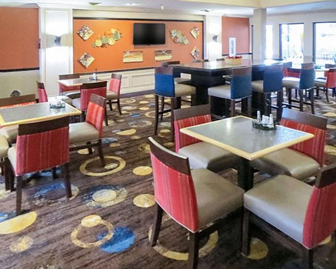 韋恩堡凱富套房酒店 - 宛堡 - 韋恩堡 - 餐廳