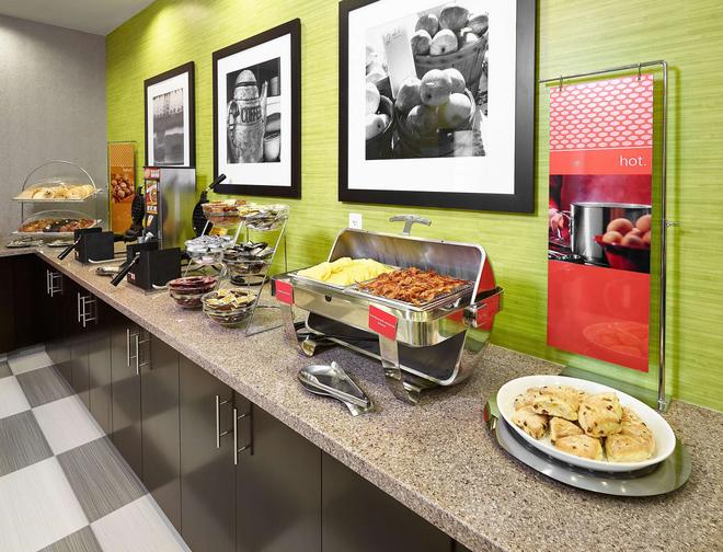 Hampton Inn by Hilton Calgary Airport North - Calgary - Buffet