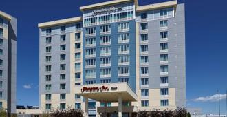 Hampton Inn by Hilton Calgary Airport North - Calgary - Edificio