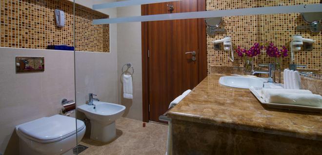 Radisson Blu Hotel Dhahran - Dhahran - Bathroom