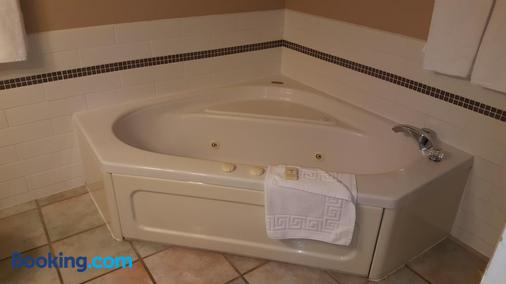 The Cedarwood Inn & Suites - Sidney - Bathroom