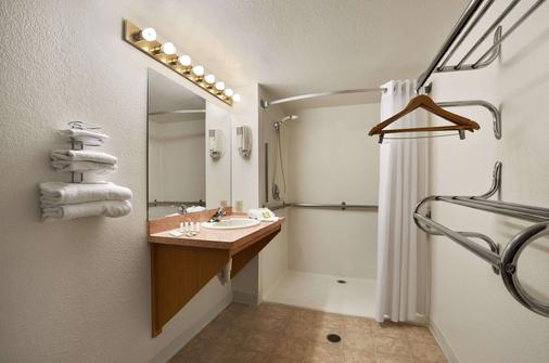 Super 8 by Wyndham Austin North/University Area - Austin - Bathroom
