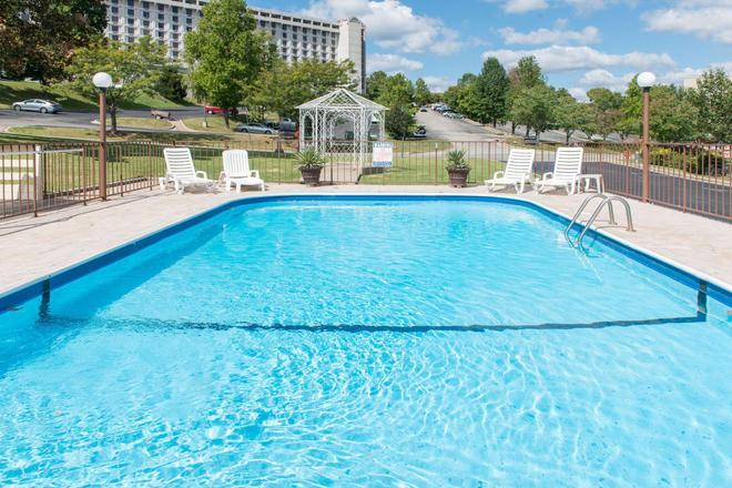 布蘭森 - 安迪威廉姆斯劇院速 8 酒店 - 布蘭森 - 布蘭森 - 游泳池