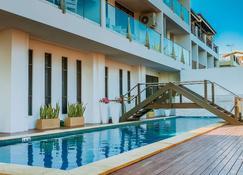 Ramada Suites by Wyndham Wailoaloa Beach Fiji - Nadi - Piscina