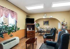 Econo Lodge Inn & Suites - Tuscaloosa - Lobby