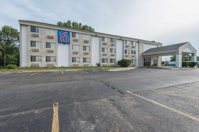 Motel 6 Lawrence, KS - Lawrence - Building