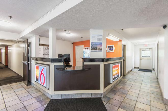 Motel 6 Lawrence, KS - Lawrence - Front desk