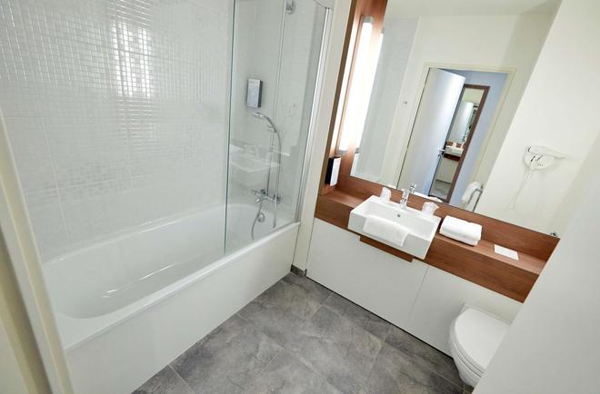 Campanile Saint-Quentin-En-Yvelines - Montigny-le-Bretonneux - Bathroom