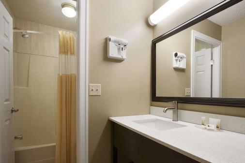 Days Inn by Wyndham, Vernon - Vernon - Bathroom