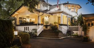 Thistledown House - North Vancouver - Building