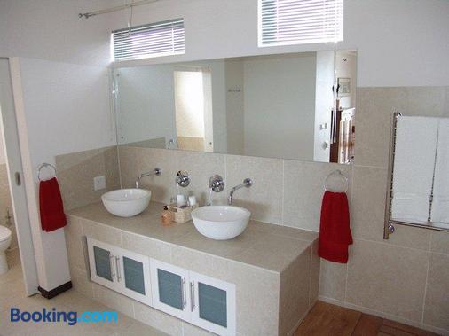 Crayfish Lodge Sea & Country Guest House - De Kelders - Bathroom