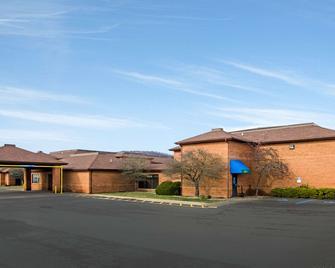 Quality Inn - Summersville - Building