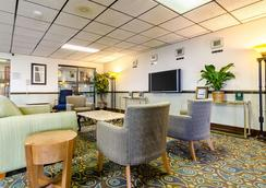 Quality Inn & Suites - Salina - Lounge