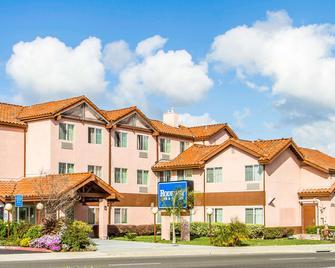 Rodeway Inn & Suites - Hayward - Building
