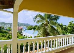 Tropical Breeze Guesthouse and Furnished Apartments - Gros Islet - Parveke