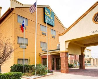 Quality Inn & Suites - Waco - Building