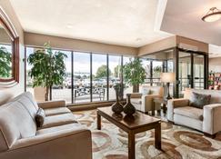 Travelodge Hotel by Wyndham Kingston Lasalle - Kingston - Lobby