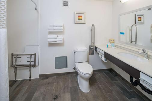 Hampton Inn Livermore - Livermore - Bathroom
