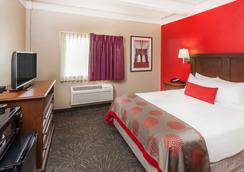 Ramada by Wyndham Hammond Hotel & Conference Center - Hammond - Bedroom