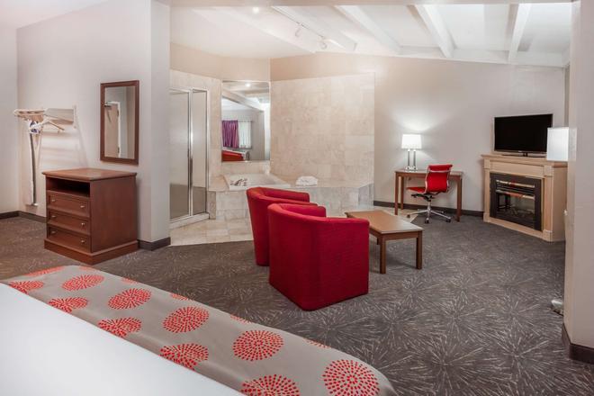Ramada by Wyndham Hammond Hotel & Conference Center - Hammond - Living room