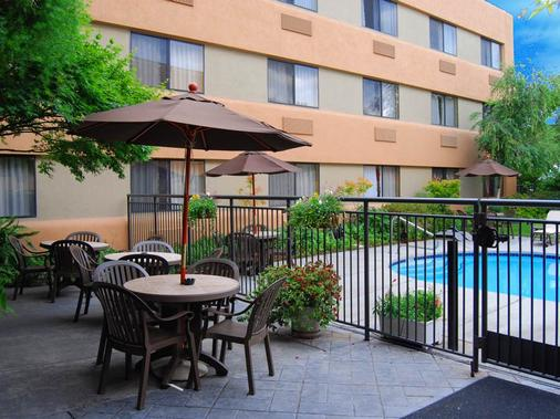 Oxford Suites Redding - Redding - Balcony