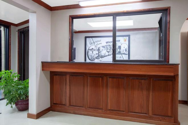 Super 8 by Wyndham Waycross GA - Waycross - Front desk