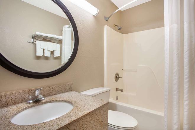 Super 8 by Wyndham Waycross GA - Waycross - Bathroom