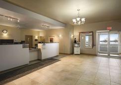 Days Inn by Wyndham Moose Jaw - Moose Jaw - Kitchen