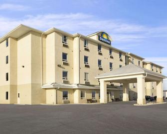 Days Inn by Wyndham Moose Jaw - Moose Jaw - Building