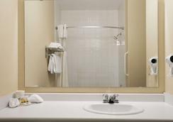 Days Inn by Wyndham Moose Jaw - Moose Jaw - Bathroom