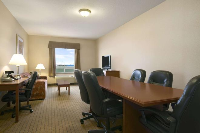 Days Inn by Wyndham Moose Jaw - Moose Jaw - Τραπεζαρία