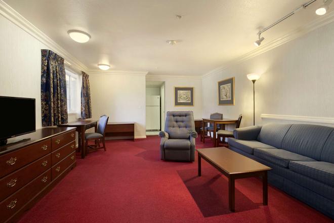 Travelodge by Wyndham Redding CA - Redding - Wohnzimmer