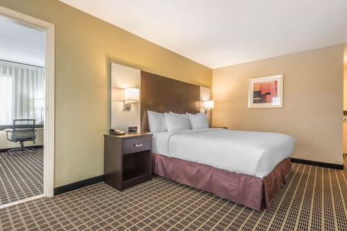 Quality Inn & Suites - Windsor - Bedroom