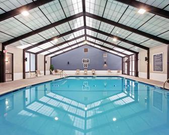 La Quinta Inn & Suites by Wyndham Boston-Andover - Andover - Pool