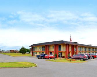 Castle Inn & Suites - Chickasha - Building