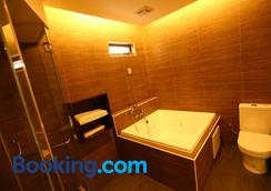 Yuan Chyau Motel - Taichung - Bathroom