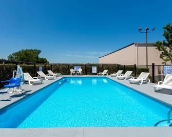 Baymont Inn & Suites Easley/Greenville - Easley - Zwembad