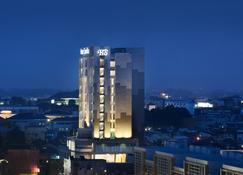 Hotel Santika Radial Palembang - Palembang - Building