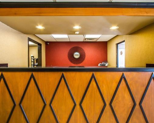 北克拉克斯維爾羅德威套房旅館 - 克拉克斯維爾 - 櫃檯