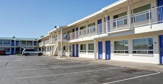 Motel 6 Bend - Bend - Building