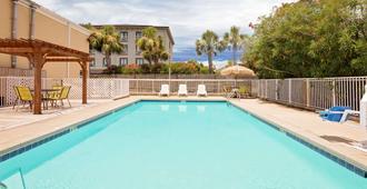 Days Inn by Wyndham Fort Walton Beach - Fort Walton Beach - Pool