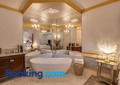 Storybook Riverside Inn - Leavenworth - Bedroom