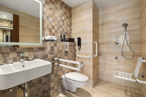 Ramada Encore by Wyndham Bangalore Domlur - Bengaluru - Bathroom