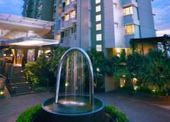 Aston Balikpapan Hotel and Residence - Balikpapan - Building