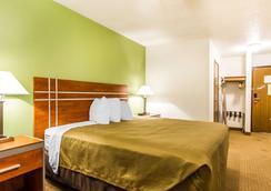 Econo Lodge & Suites - Pekin - Bedroom