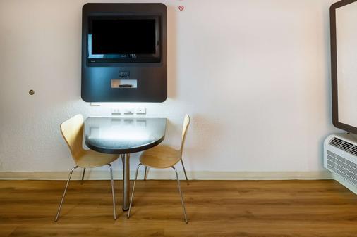 達拉斯沃斯堡國際機場北六號汽車旅館 - 厄文 - 歐文 - 臥室