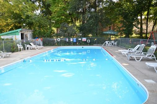 Deer Trail Motel - Wisconsin Dells - Pool
