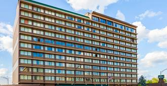 Quality Inn & Suites Cincinnati Downtown - Cincinnati - Gebäude